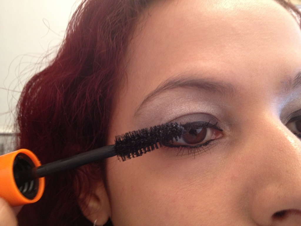 Step 4: Apply 2 coats of mascara to eyelashes.