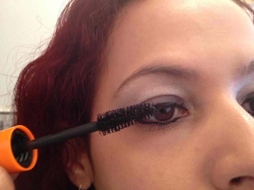 Step 4: Apply 2 coats of mascara to eyelashes.