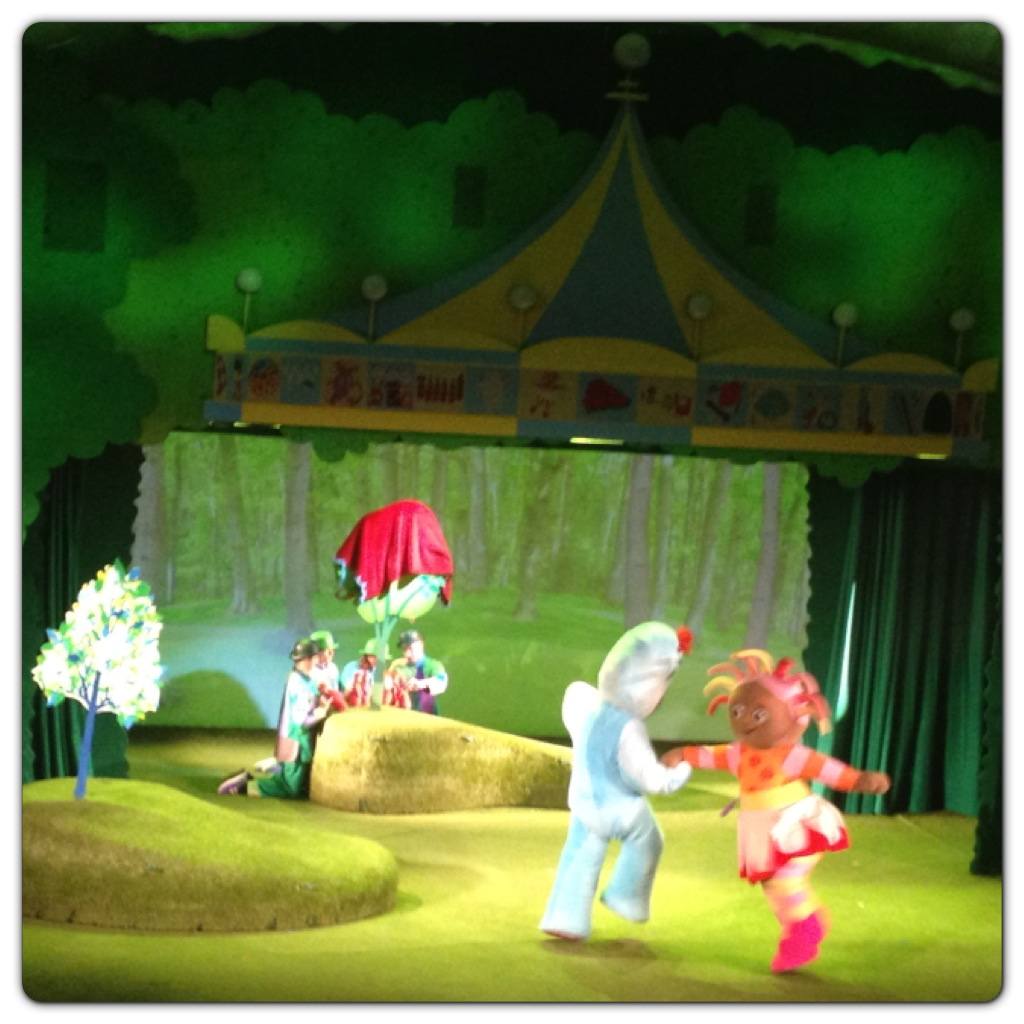 Igglepiggle and Upsy Daisy Dancing